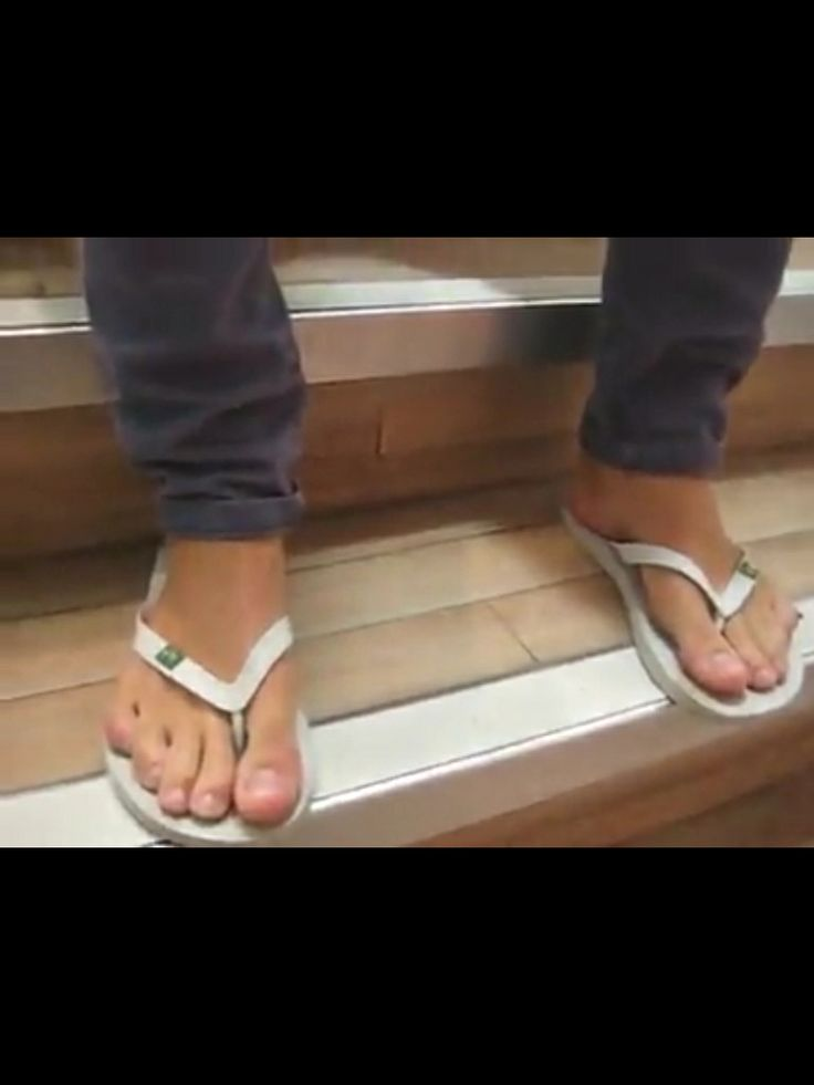London keyes feet in flip flops