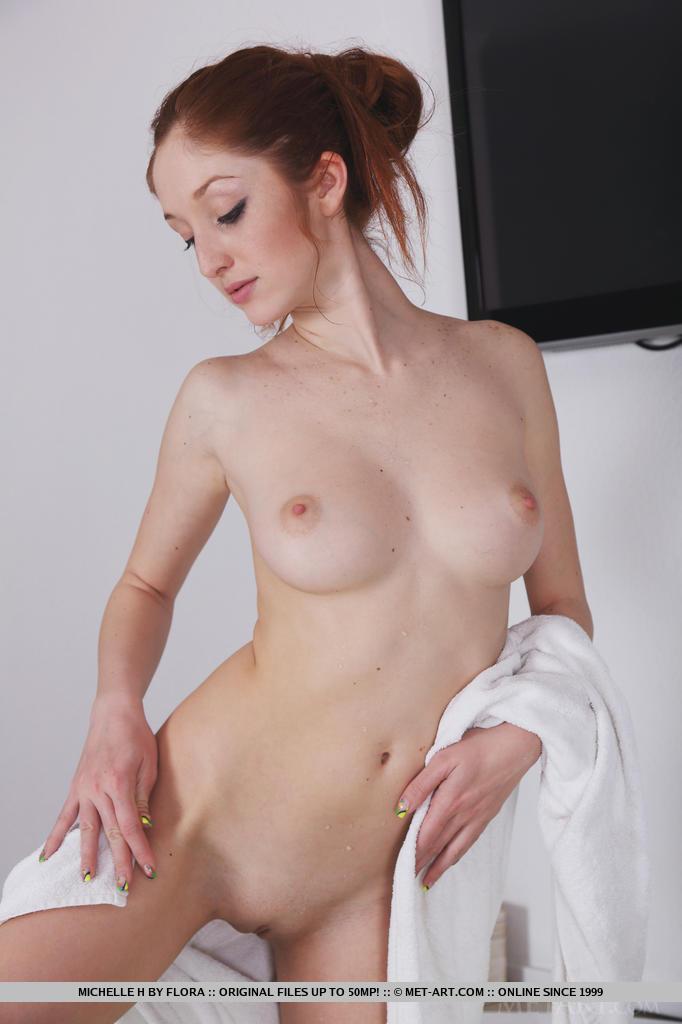 Redhead met art bathtub