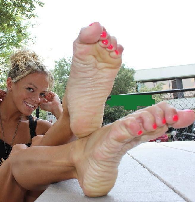 Pretty feets naked women
