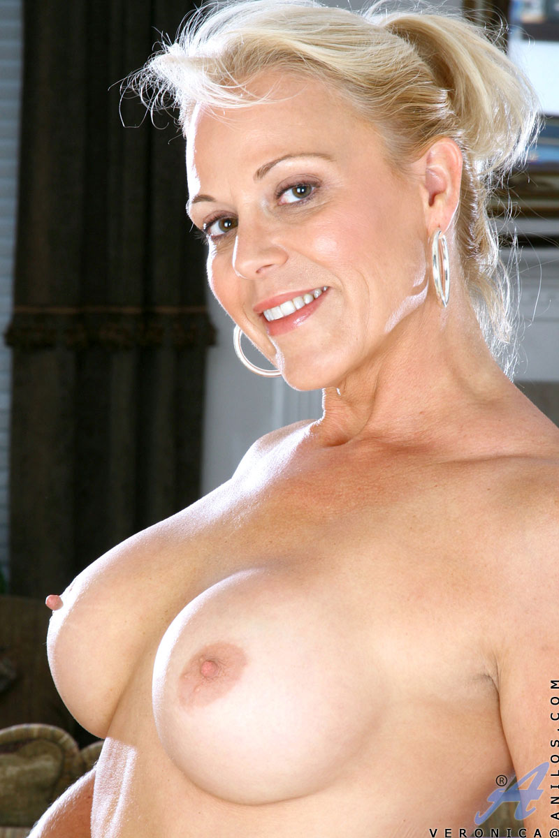 Mature mom shows her tits