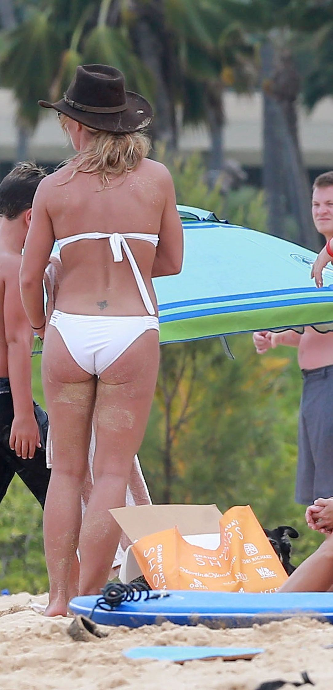 Britney spears pink bikini butt pictures